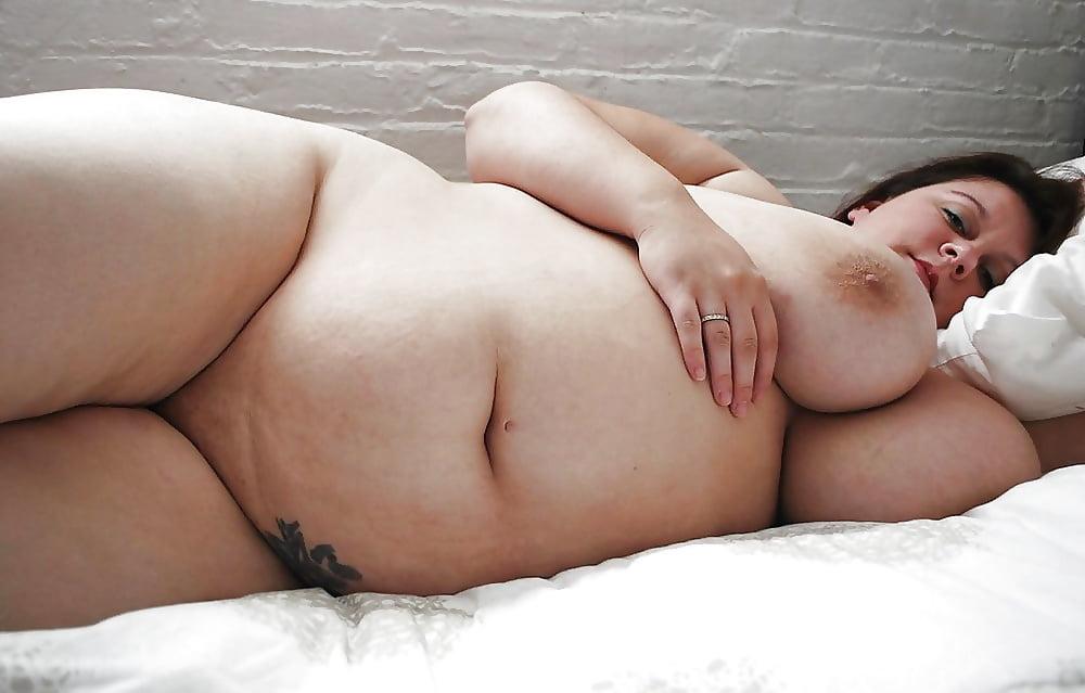 На кровать лежит жирные сиськи, порно фото кармен русская порно модель