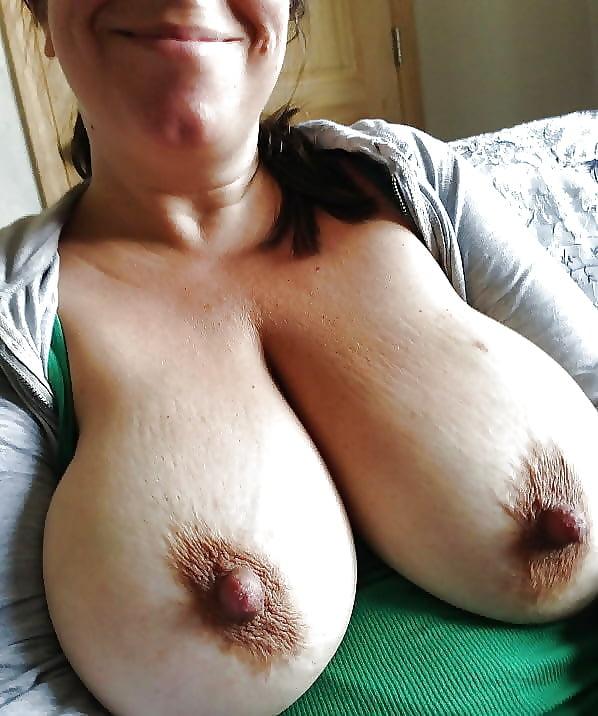 Мамины сиси с большими коричневыми сосками — pic 4