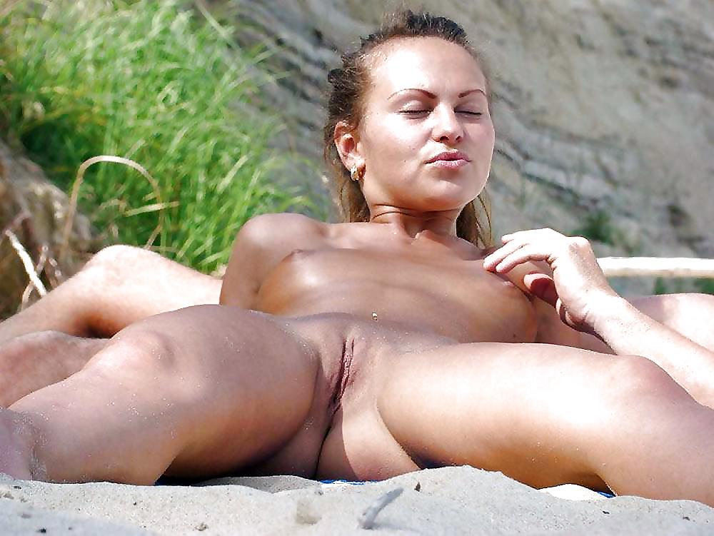 Голая пизда на пляже фото