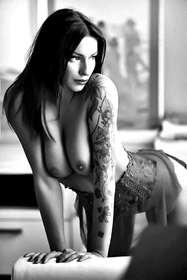 nude-tattooed-girls-in-mirror
