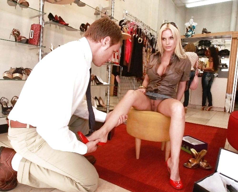 Порно фильм под юбкой в обувном магазине разнорабочими негры затрахали