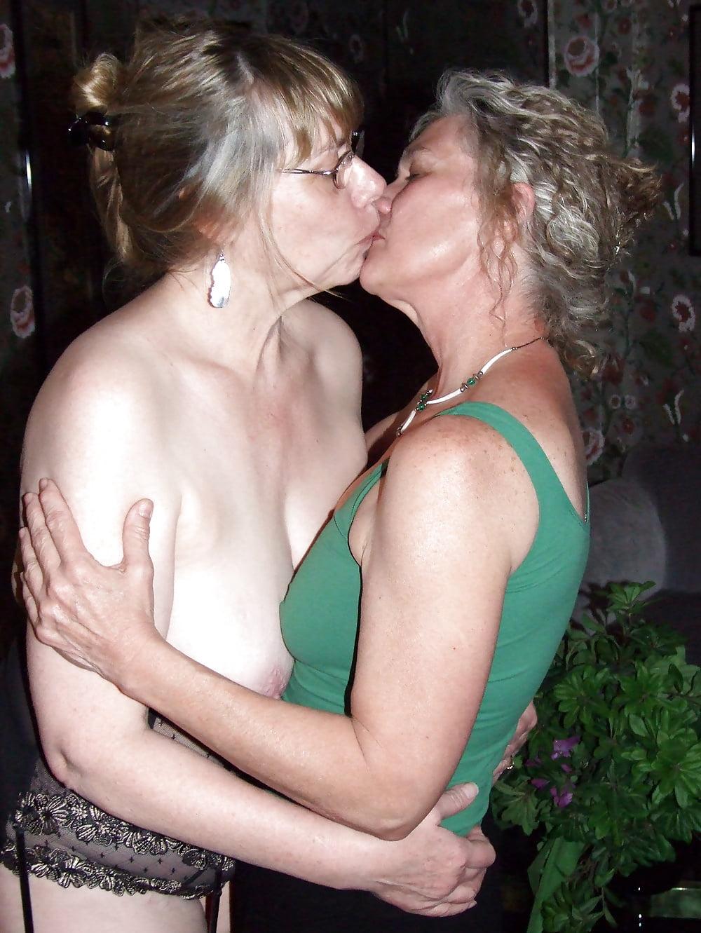Mature kissing lesbian — photo 6