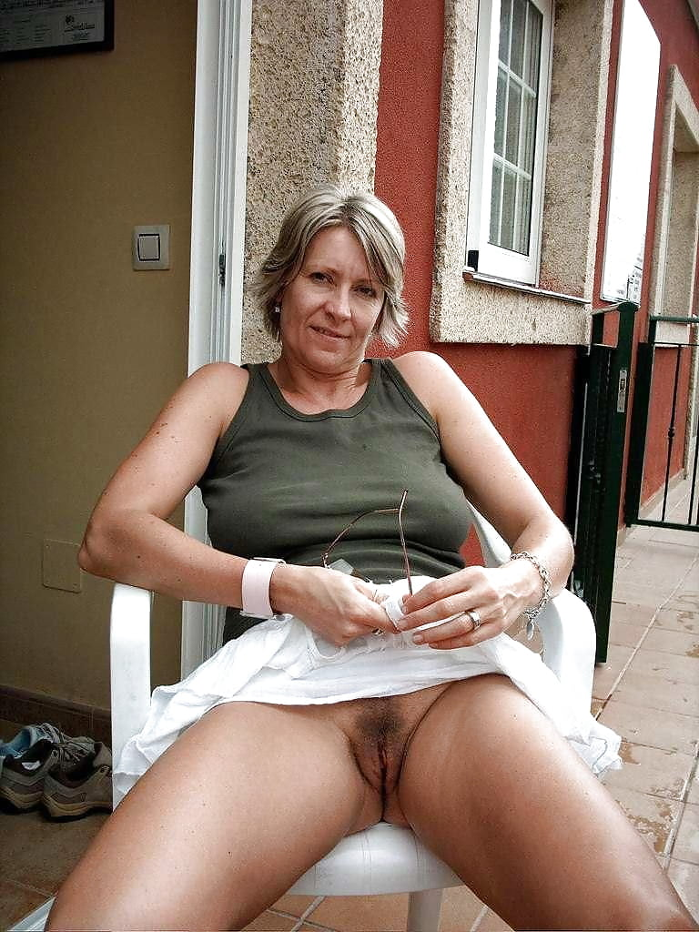 upskirt-nude-mommy