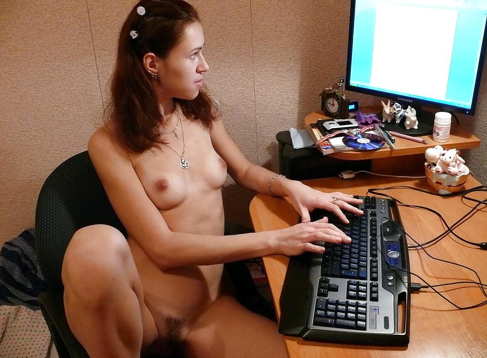 Женщина дрочит перед камерой