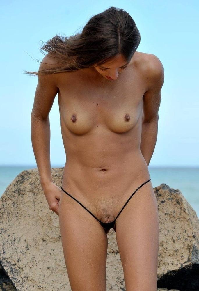 фото голых девушек в трусах и в купальнике или без