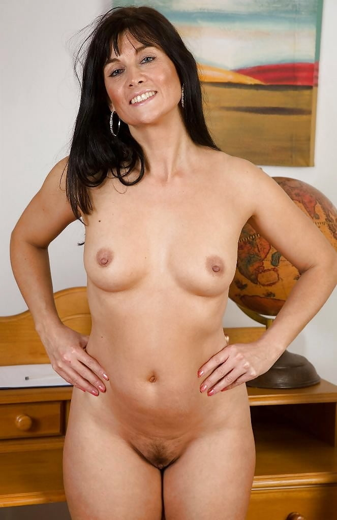 Brunette mom naked — pic 4
