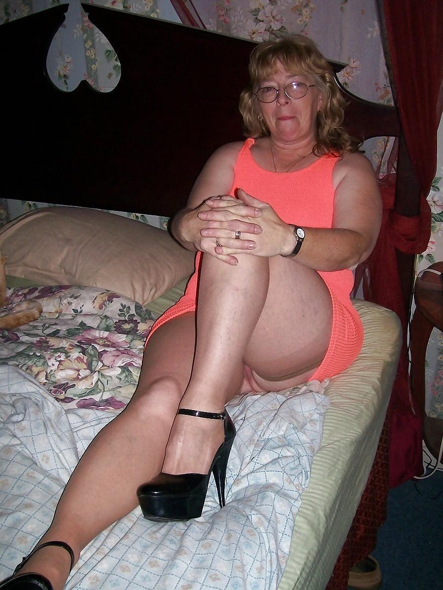 Oma In Dessous