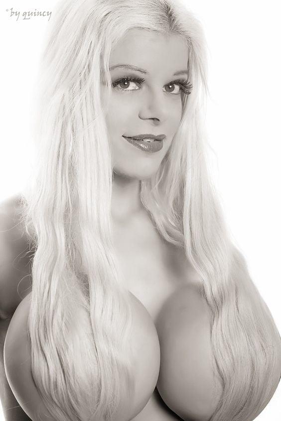 Martina Big Topless