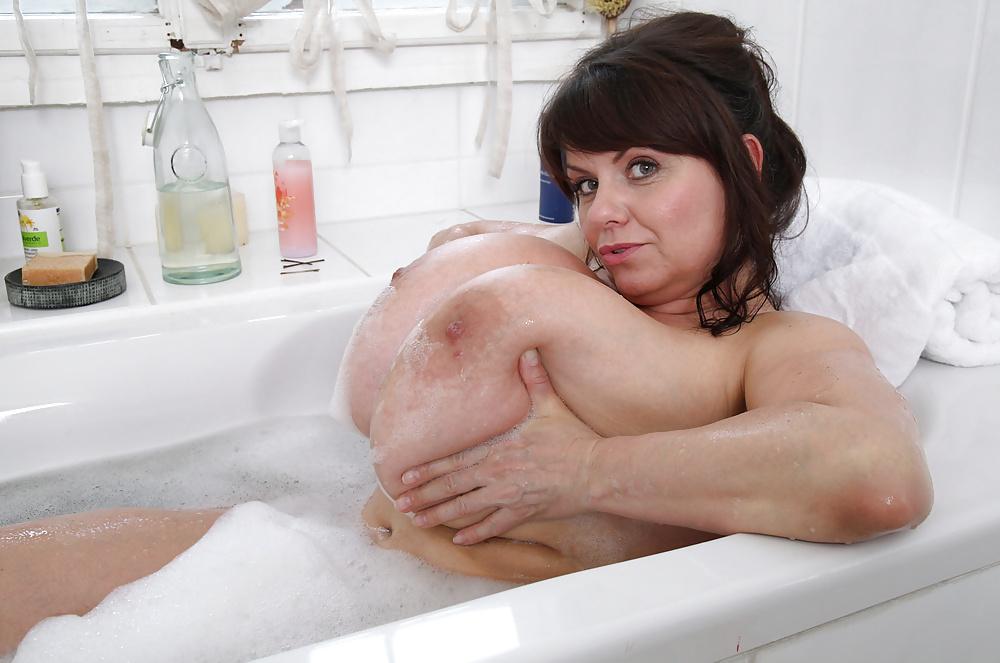 Как моют сиськи в ванной видео, широкий размах русской девушки смотреть порно