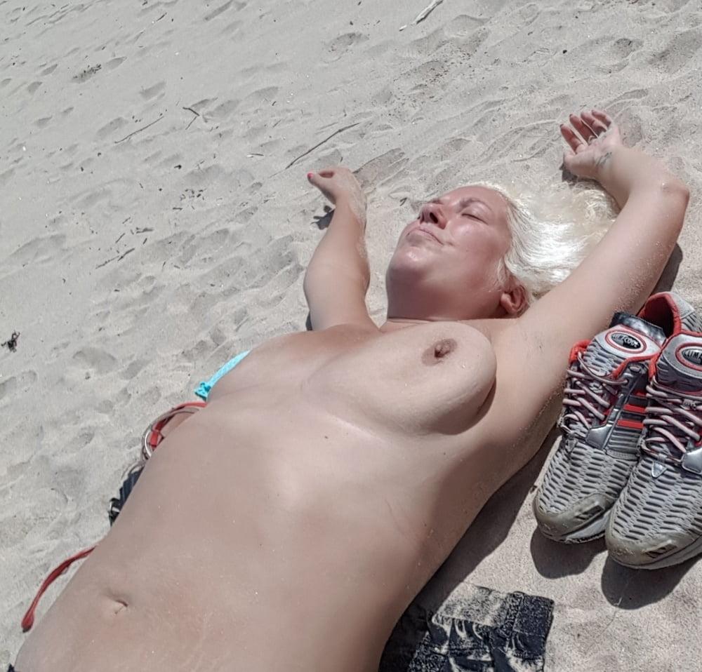 topless-sunbathing-sunbather-pics-pussy-close