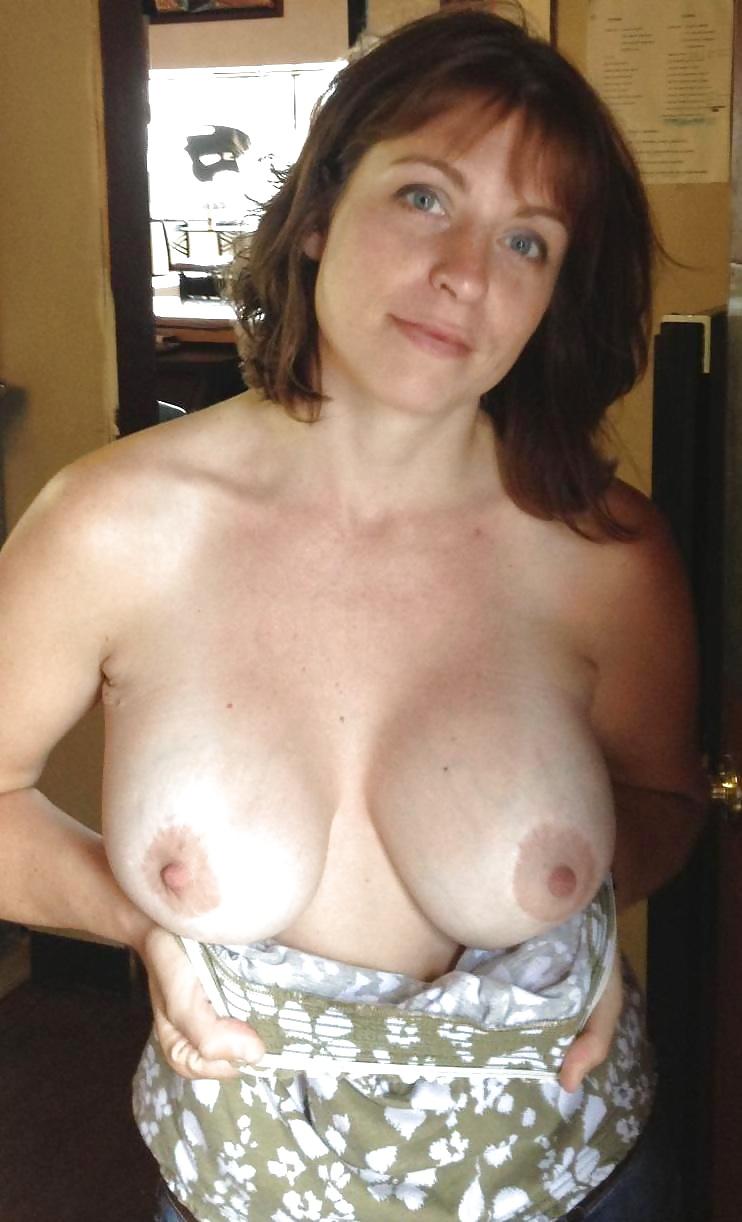 она прижала частное фото сисек зрелых женщин домой