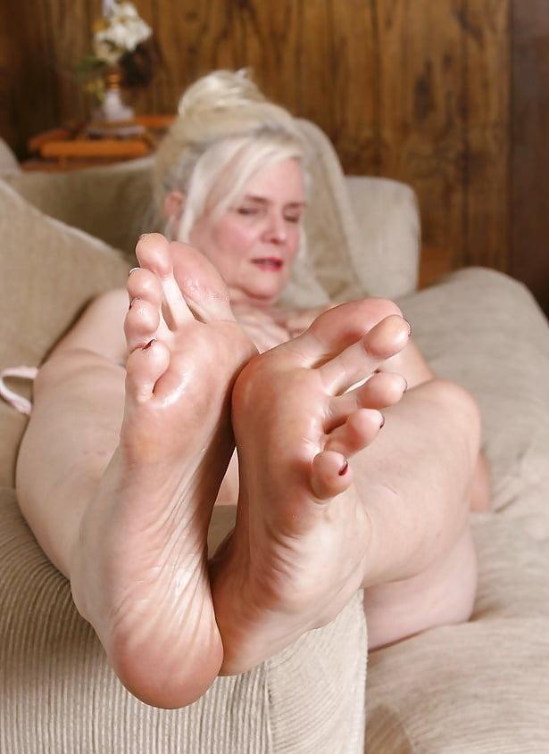 это смотреть на ступни зрелых женщин фото спустил штаны трусами
