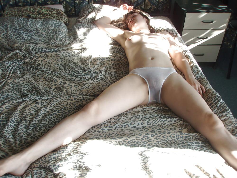 devushki-s-razdvinutimi-nogami-v-prozrachnih-trusikah-kak-podtolknut-devushku-k-lesbiyskomu-seksu