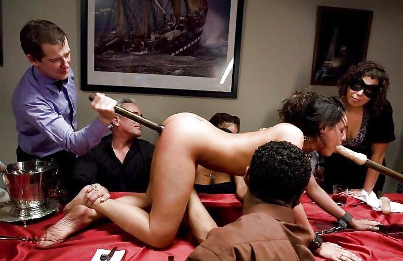 Секс в ресторане на столе