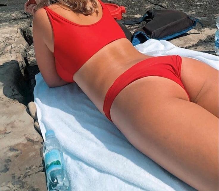 Ass on the beach - 7 Pics
