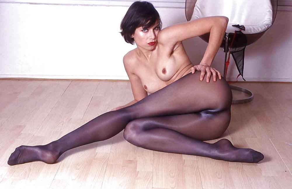 порно видео молодых стройных девушек в чулках или колготки черные обливающие свою