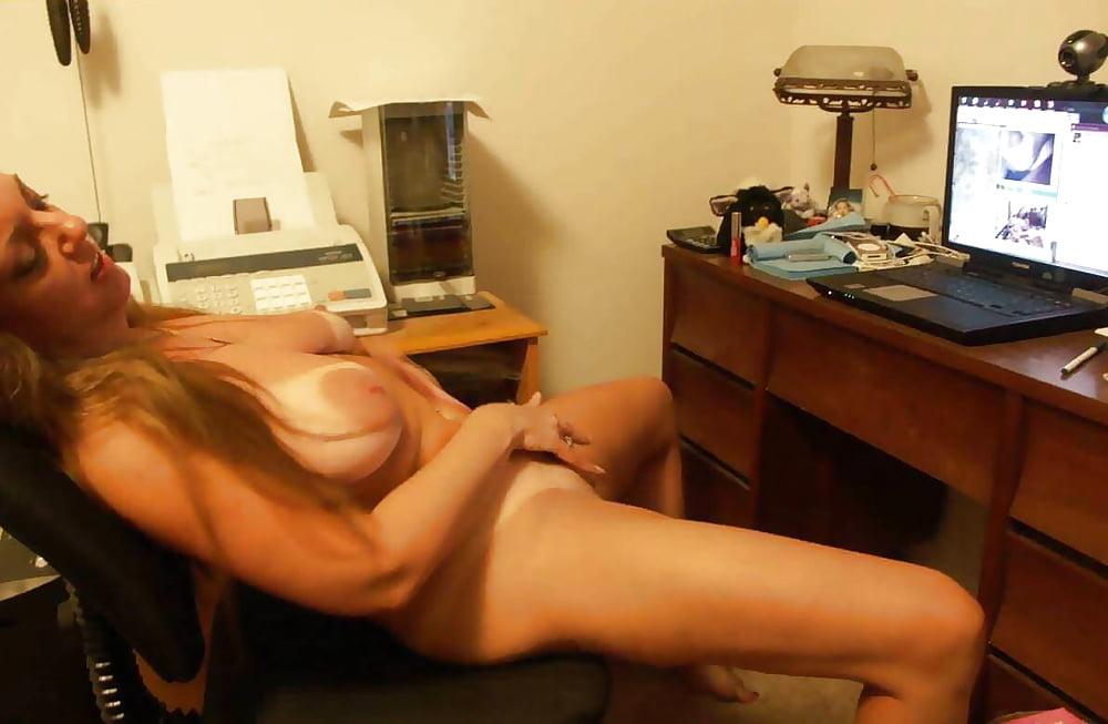 девушка смотрит порно и мастурбирует себя, кто