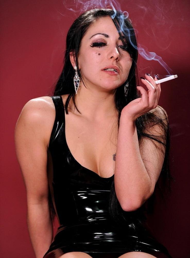 восточная шлюха курит