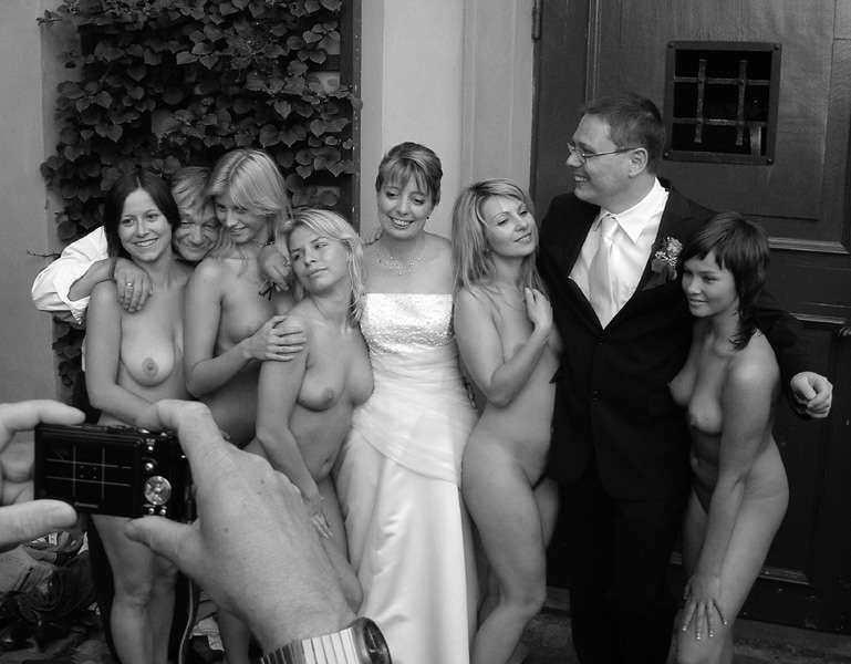 медленно выпрямила подружки невесты раздеваются на камеру порно