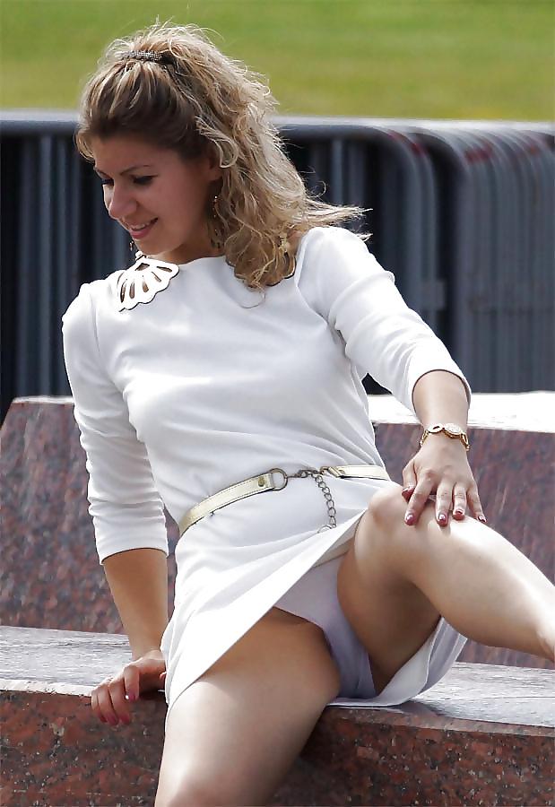 Фото подсмотренные пизды под платьями случайно