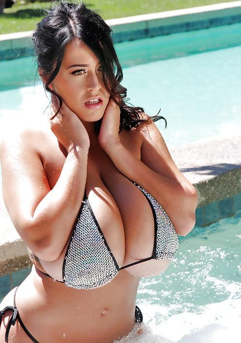 Огромные сиськи в бассейне втроем, русское порно на природе груп девушки трахают мужиков
