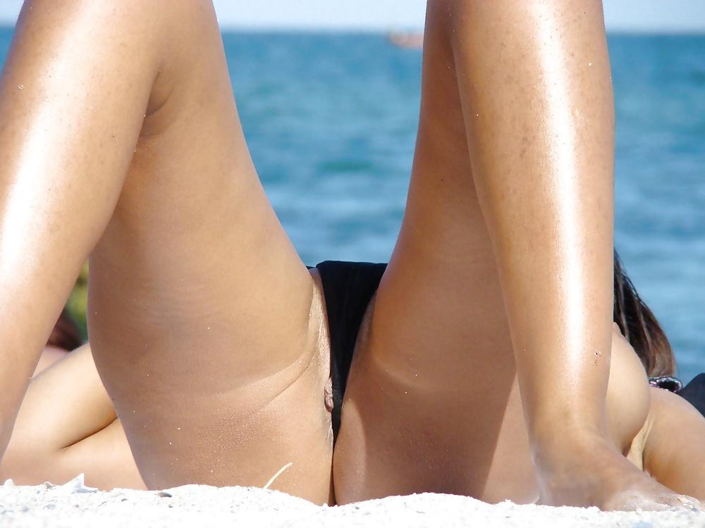 Michelle hunziker bikini upskirt beach in italy