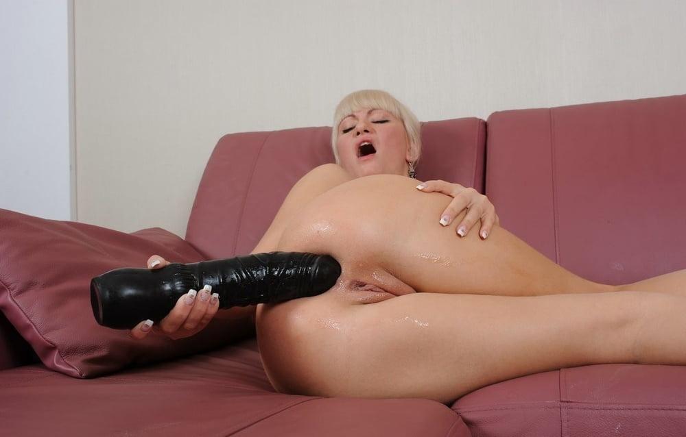 еще девушки с огромными дилдо между ног мужчин секс