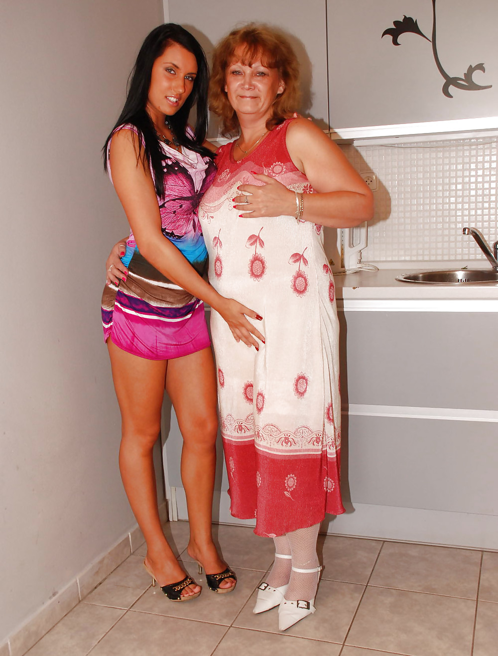 Old lesbian plays with girl — photo 13