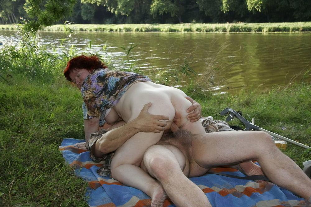 Мужик на речке бабу трахнул
