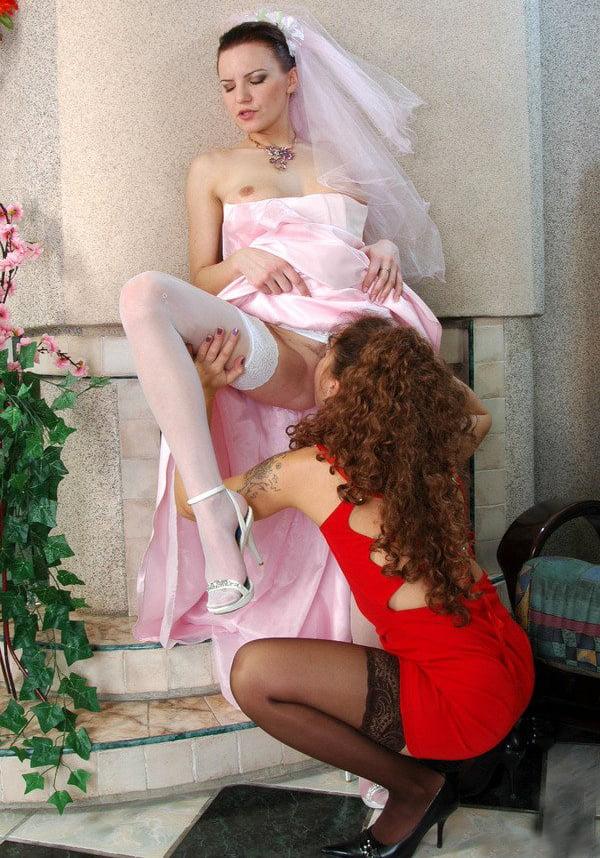 у невесты под платьем лижут пизду все гости - 1