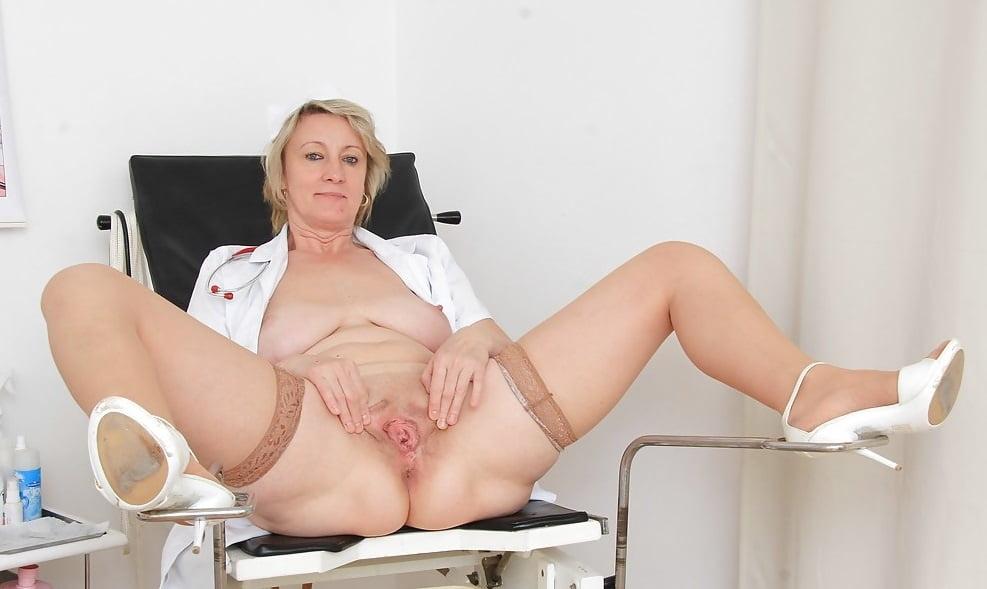 женщина у гинеколога в кресле с раскрытой вульвой - 6