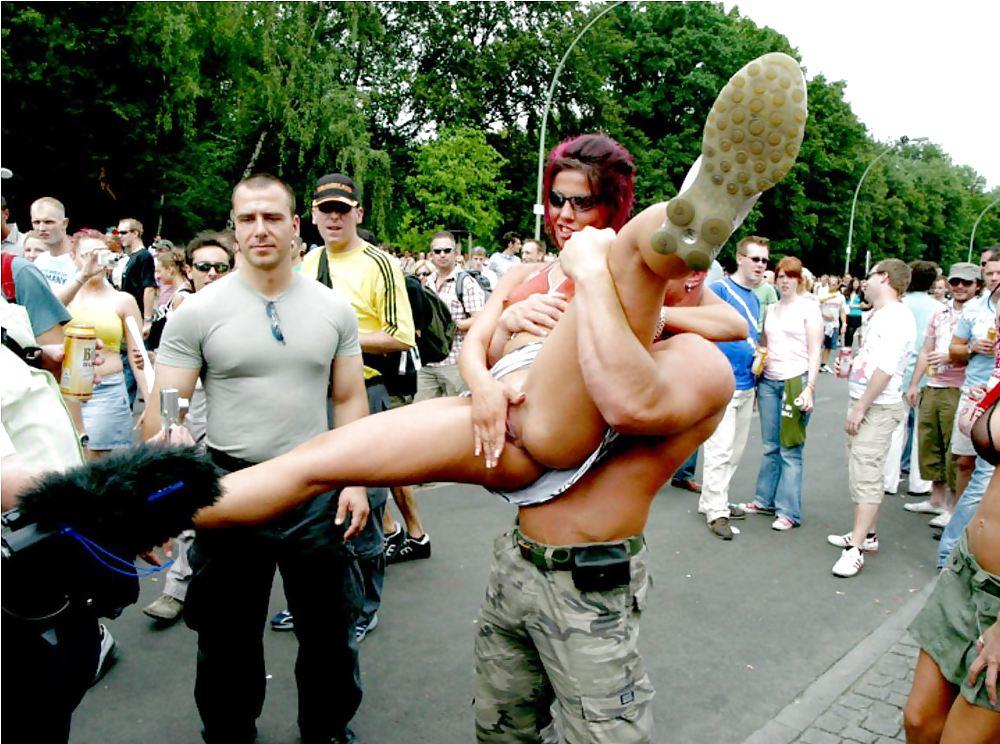 голые девушки на параде любви видео сидела, низко