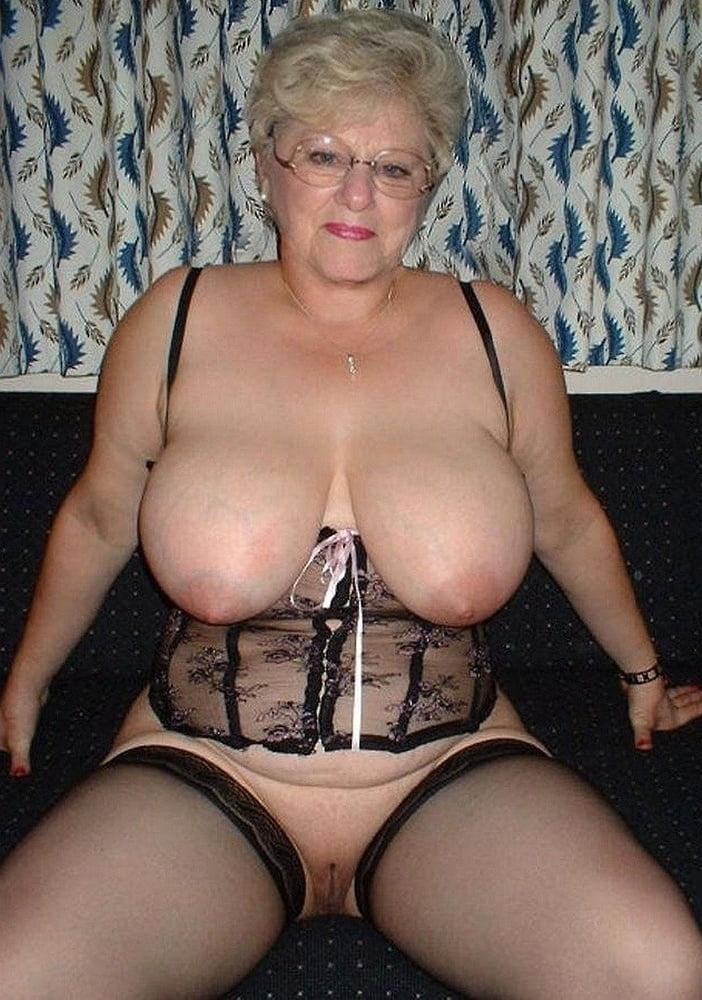 опускаюсь колени голые старые женщины в возрасте с большими сиськами трудись искать