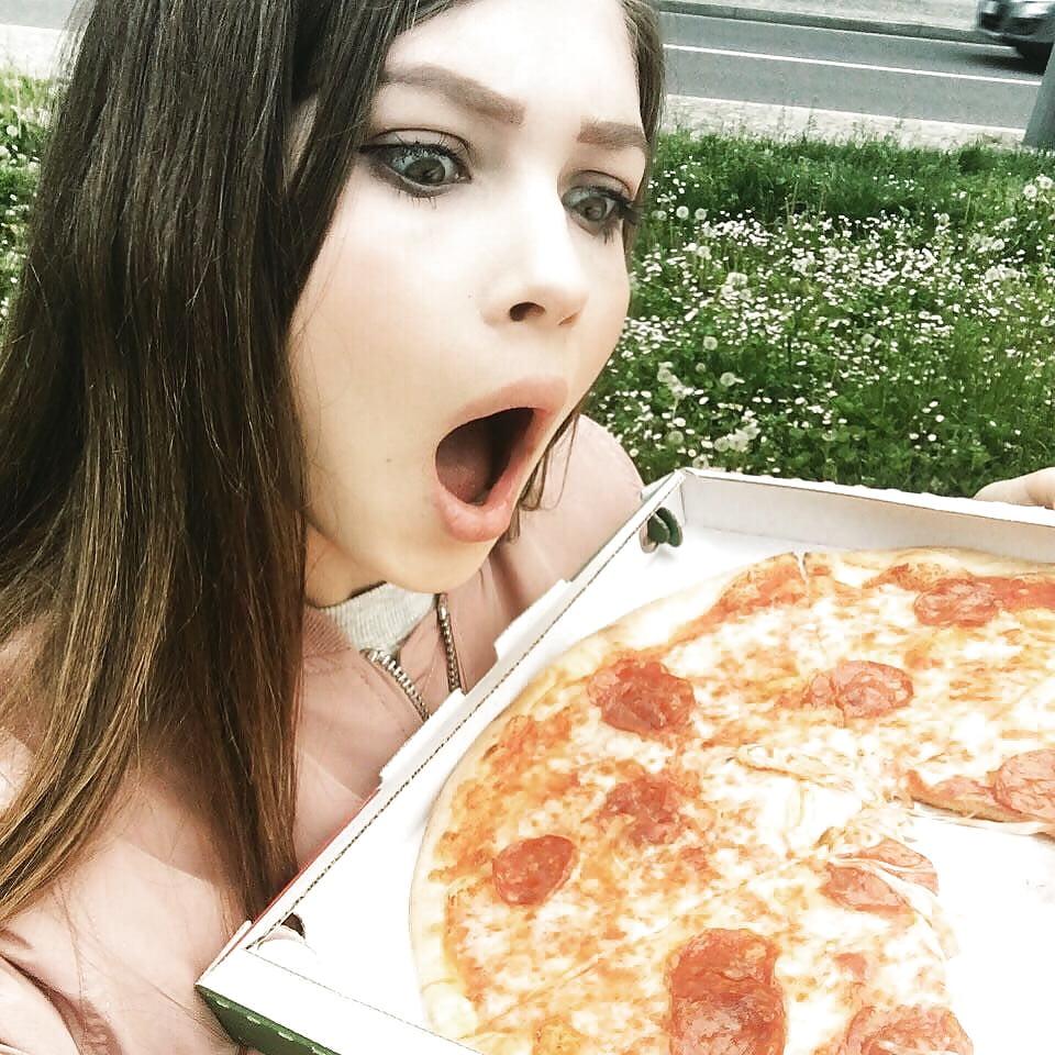 сосет член через пиццу - 10
