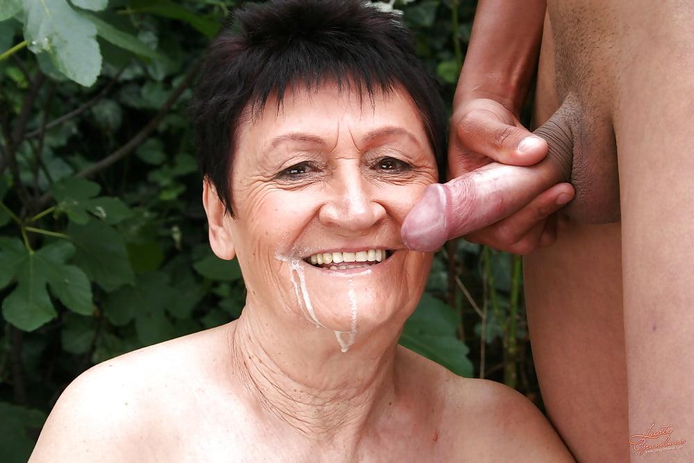 старая тетка глотает сперму - 5