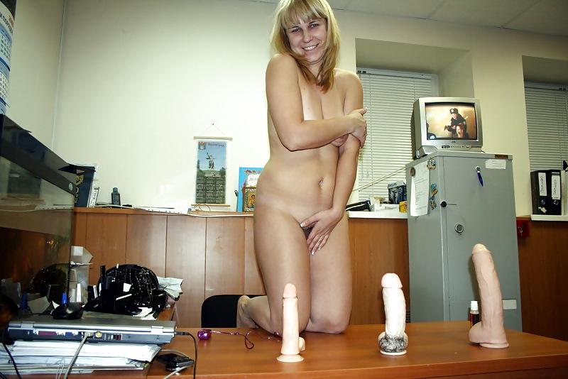 Порно русская мастурбирует на работе