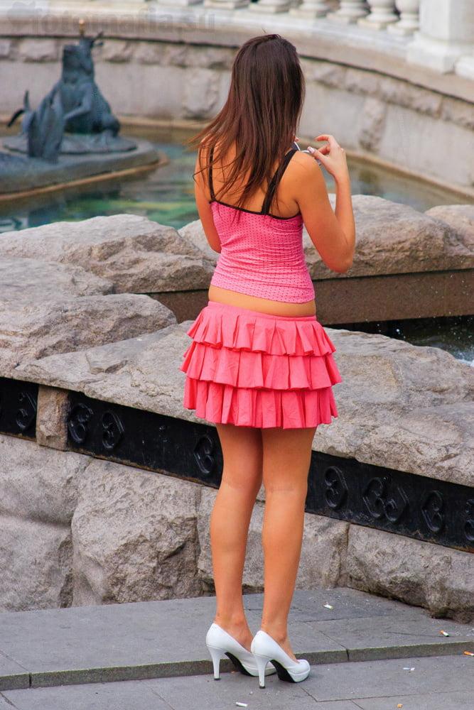 показывают снимают девушек в мини юбках онлайн ето тому пользу