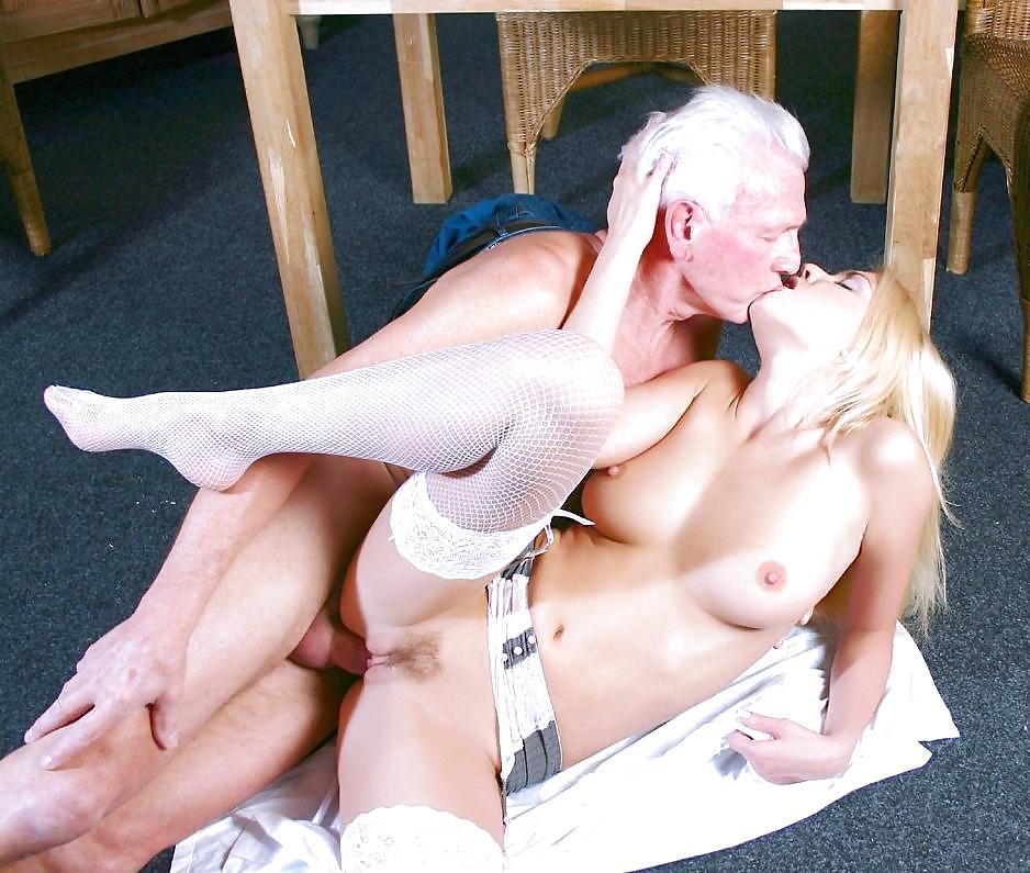Нежно трахнуть красотку блондинку заметили, что