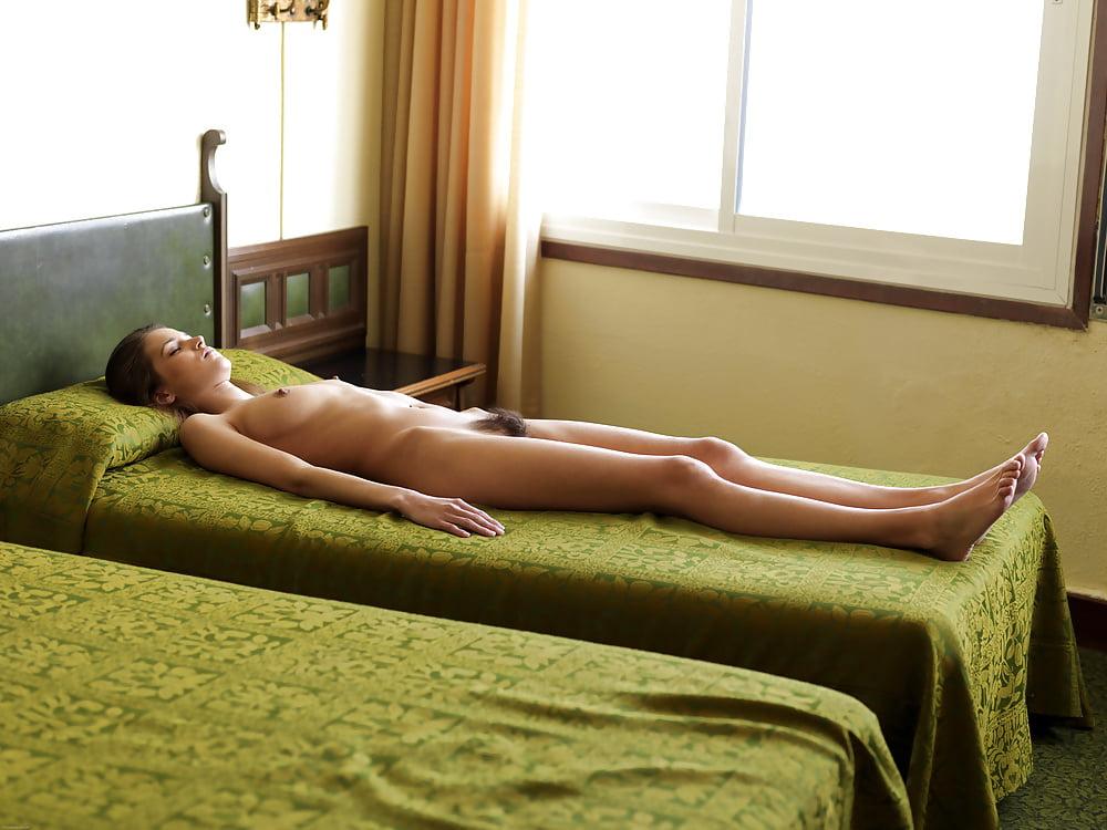 Голышом в номере, пизда скрытой камерой спит