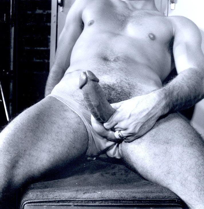 мужчина дрочит член удовлетворяя себя анальном
