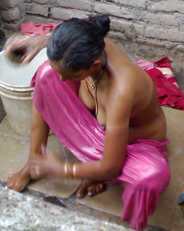 bihari-women-bathing-naked-in-open-teen-xxxtube-dip