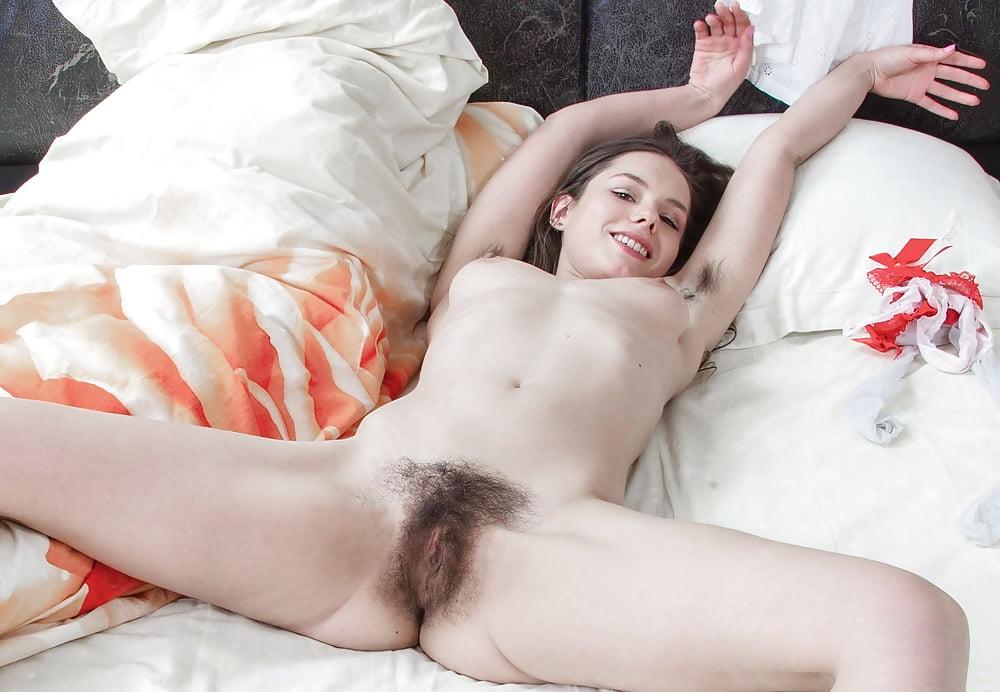 Волосатая пизда постели фото