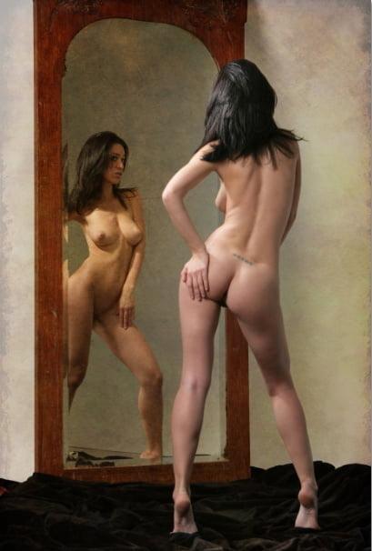 Голая женщина позирует перед зеркалом фото
