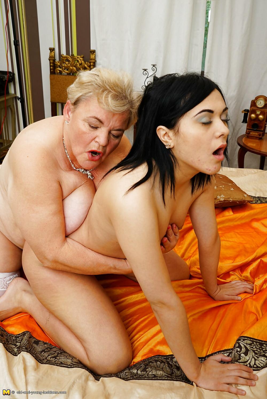пожилая женщина с молодой девушкой лесби - 13