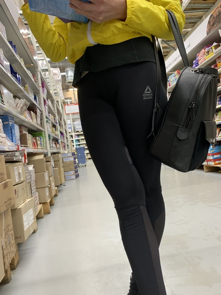 Big ass in leggings visible panties lines