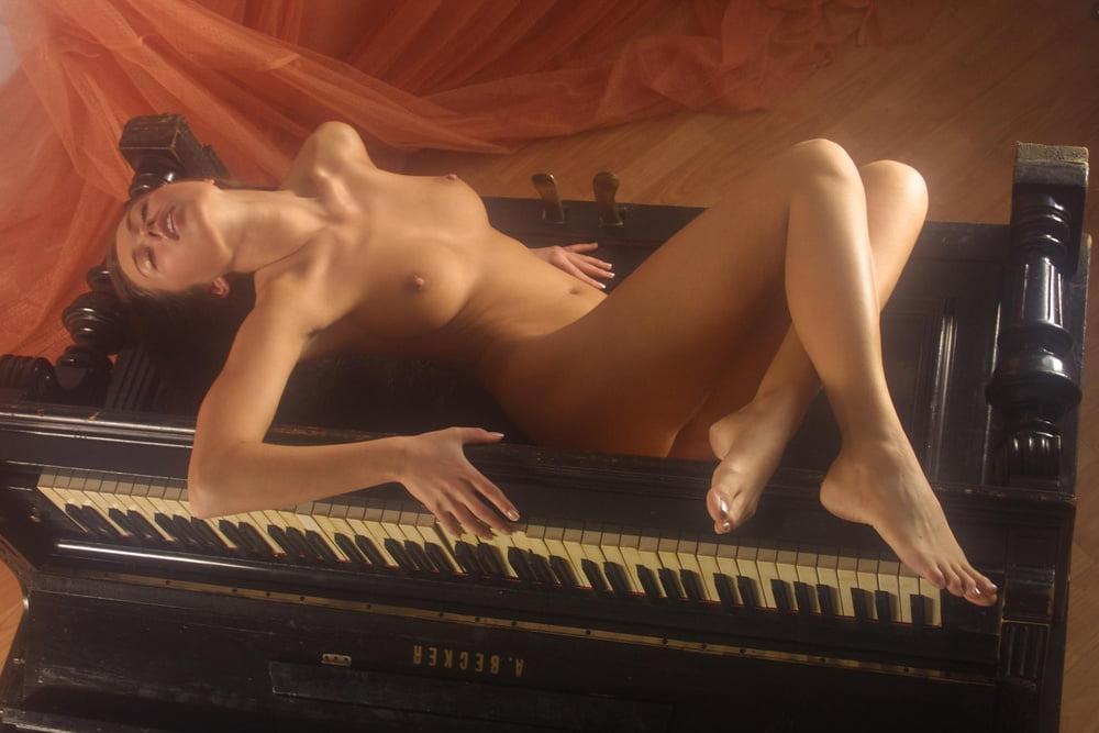 na-fortepiano-ero-foto