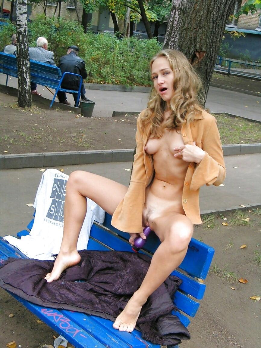 Голые женщины мастурбируют в общественных местах фото