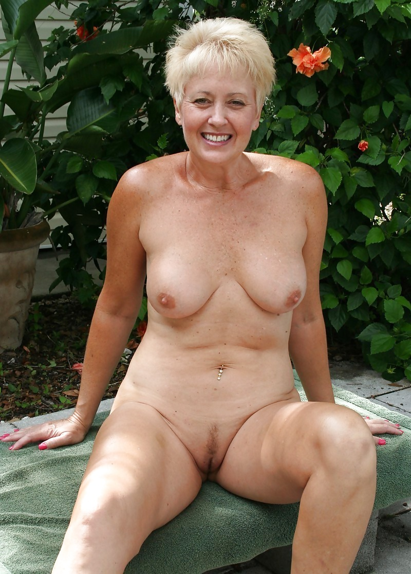 Sexy Mature Milf, Naked In The Garden - 16 Pics - Xhamstercom-3488