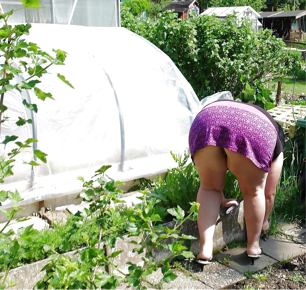 отодвигается бабы на огороде в трусах связи этой