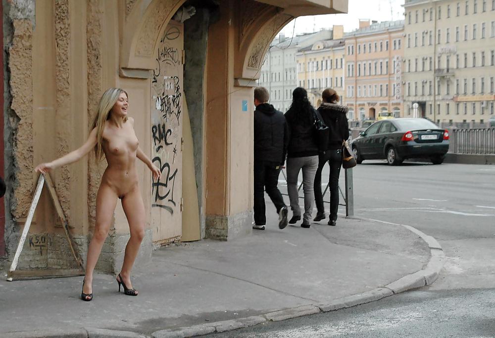 неожиданные обнажения на улицах - 10